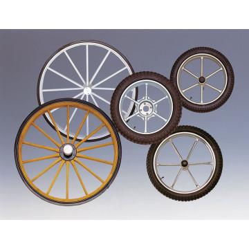 Vier Stahlräder mit Achsen